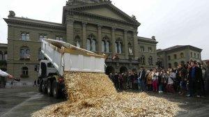 Activistas a favor de la renta básica, descargando un camión de monedas en Berna